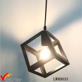 Lampe suspendue industrielle en métal à la main