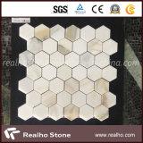 Mosaico di marmo a forma di di esagono giallo e bianco