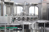 Máquina de engarrafamento da água com o frasco que faz a máquina
