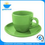 Tasse de café colorée et créative en porcelaine avec soucoupe