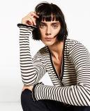 Donne moda che lavorano a maglia maglione con la tromba