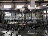 El PLC controla la máquina de rellenar embotelladoa del agua mineral y pura