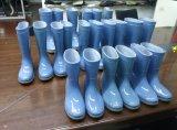 1つを作るための靴型。 2つのカラー雨靴