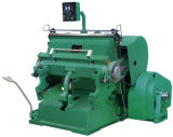 El arrugar automático de la caja del cartón y máquina que corta con tintas de la prensa