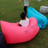 Kinder steuern Hinterhof-aufblasbare Rest-Stuhl-Couch oder aufblasbaren Sitzkissen-Schlafsack automatisch an
