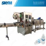 Garrafa de água bebendo que faz a máquina na maquinaria