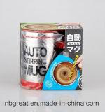 シリコーンの底陶磁器のコーヒー・マグによってかき混ぜているカスタム自己