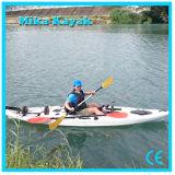 O profissional senta-se na canoa superior do plástico dos barcos de pesca do caiaque do mar