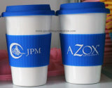 Taza de café de cerámica con la cubierta del silicón
