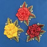 Collare multicolore del fiore del merletto che cuce sugli abiti