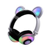 Auriculares lindos de los oídos del oso con las luces del LED