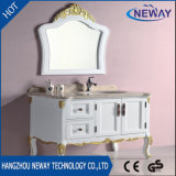 現代デザイン床の立つ白い木製の浴室の流しの虚栄心