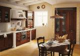 Aprontar gabinetes de cozinha clássicos feitos da madeira contínua para a decoração da cozinha