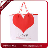 中心が付いているバレンタインのショッピングギフトの買物袋