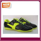 方法新しい通気性のサッカーの靴