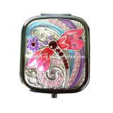 O bolso colorido da libélula compo o espelho