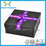 La aduana imprimió el rectángulo de regalo que empaquetaba con la impresión de la insignia