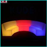 屋外のPE LEDはセットされた家具を照らした