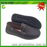 Nuevos zapatos del holgazán de la llegada para el niño