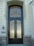 Красивейшая шикарная орнаментальная решетка двери входа виллы ковки чугуна