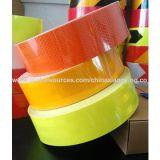 Animal doméstico que hace publicidad de las cintas reflexivas anaranjadas de la seguridad del grado