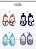 落下および冬の柔らかい靴のスリッパのソックスの赤ん坊靴のソックス