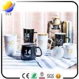 De Ceramische Kop van Kerstmis en de Kop van de Koffie met de Giften van de Bevordering