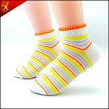 Calcetines lindos de la muchacha del tobillo