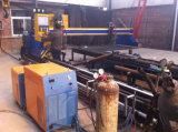 Pórtico plateado de metal y cortadora del tubo