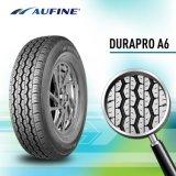 El neumático superior califica el neumático del coche del verano con el embalaje