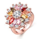Colorare i monili dell'anello di cerimonia nuziale d'argento degli anelli della pietra preziosa