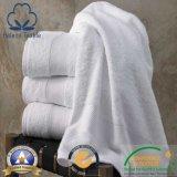 綿のホテルまたはモーテルまたはホーム柔らかい浴室のテリータオル