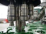 Machine recouvrante remplissante de l'eau minérale avec le télépartageur de chapeau de courroie