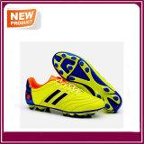Chaussures neuves du football avec trois couleurs