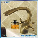 Double robinet d'eau en laiton antique de salle de bains de traitement