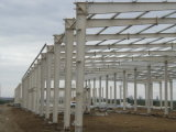 美しい塗られた鉄骨構造の工場