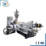 Plastikflasche, die Maschinerie im Polyäthylen-Extruder und in der Strangpresßling-Maschine aufbereitet