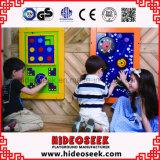 A placa de madeira colorida do jogo montou na parede para crianças