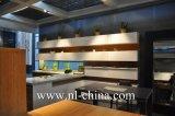 食器棚の白い木製のベニヤ