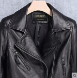 本革の衣類のオートバイのジャケットの女性