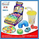 Plastikcup-Spielzeug mit kleinem Überraschungs-Spielzeug und Süßigkeit nach innen