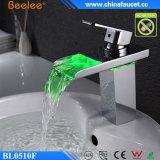 Zeitgenössischer heller Bassin-Mischer des Badezimmer-Wasserfall-LED
