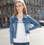 方法短い女性はデニムのジーンズのコートの外の摩耗の屋外のジャケットを細くする