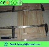 Adhésif dans l'environnement blanc de colle avec le travail du bois