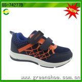 Zapatos de la zapatilla de deporte del muchacho del deporte de la acción