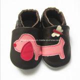 黒い最下のアンカー赤ん坊の革靴