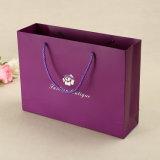 Argent de logo estampant les sacs en papier personnalisés de cadeau pour des achats/promotion
