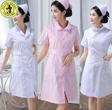 Las fundas largas blancas del azul de polvo de los guardapolvos de los uniformes de las enfermeras ponen en cortocircuito - la ropa blanca envuelta de la farmacia de la capa del verano del invierno