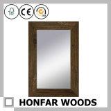 Espelho de parede acabado marrom em moldura de madeira para banheiro