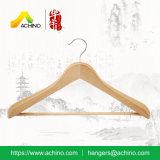 De natuurlijke Houten Hangers van het Kostuum met Staaf